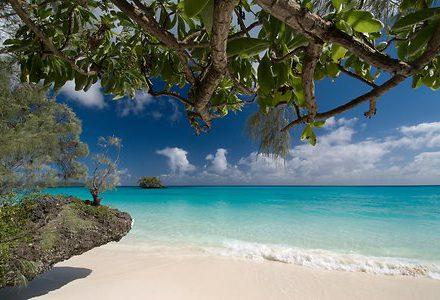 Circuit en Nouvelle Calédonie plage de sable blanc île de Lifou un voyage routedelacaledonie.com