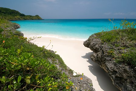 Vacances en Nouvelle Calédonie plage de sable blanc île de Lifou un séjour routedelacaledonie.com